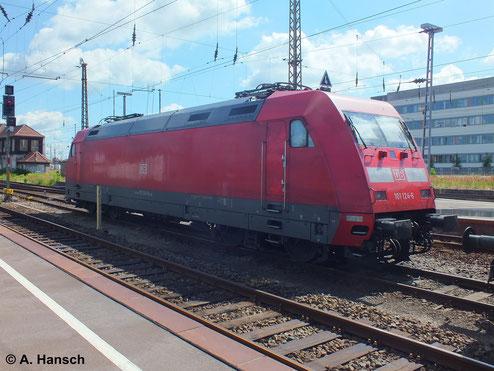 101 124-6 steht am 22. Juni 2013 arbeitslos in Leipzig Hbf. abgestellt