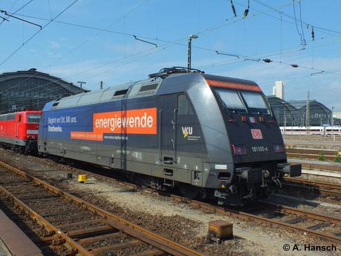 So farbenfroh sind sonst nur Loks von privaten Eisenbahnunternehmen unterwegs. 101 100-6 in Leipzig Hbf. (4. August 2013)