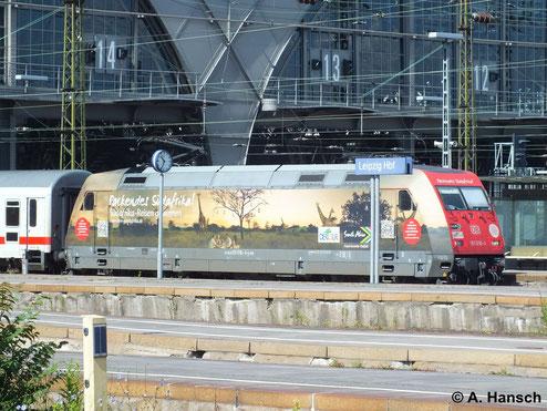 101 016-4 kommt am 22. Juni 2013 mit interessanter Werbelackierung daher. Hier verlässt die Lok mit IC Leipzig Hbf.