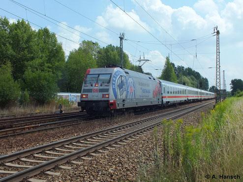 101 144-4 trägt eine Werbelackierung für den Fußballverein Hertha BSC Berlin. Am 16. Juli 2014 durchfährt die Lok mit IC den Hp Leipzig-Thekla