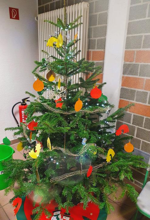 """Mit dem Weihnachtsbaum, den wir der Betreuung """"Glasperlen"""" gespendet haben, kehrt weihnachtliche Stimmung und Vorfreude in die Betreuung ein. Der Förderverein wünscht frohe Weihnachten."""