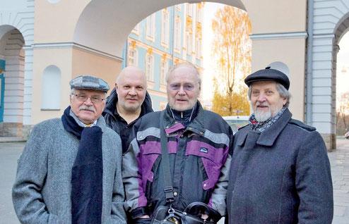 Сергей Никоненко, Николай Якимчук, Александр Дольский и Леонид Мозговой у Царскосельского Лицея в 2016 году