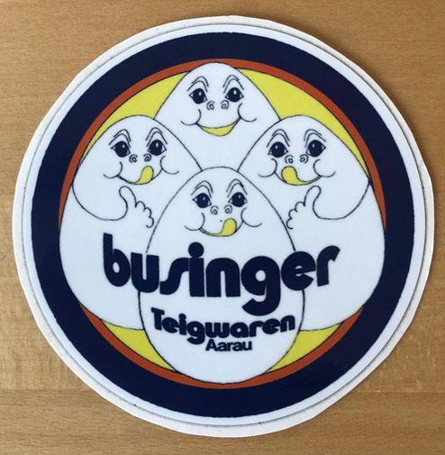 Werbekleber aus neuerer Zeit.  Der alte Businger-Schriftzug wurde durch eine moderne Schrift ersetzt. Die vier Eier (pro kg) sind nach wie vor ein Verkaufsargument.