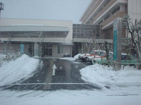 病院玄関前