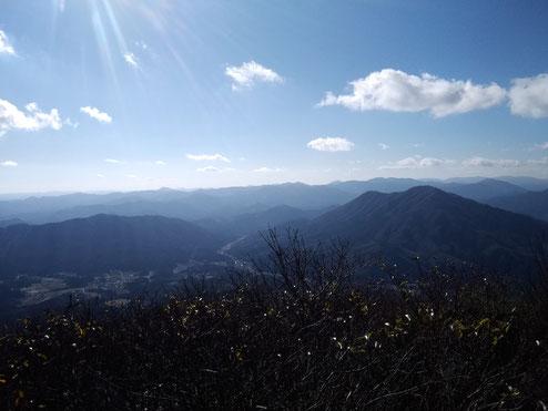 花見山山頂の西側には、鳥取島根の山々が連なっています。