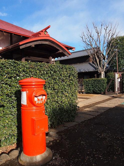 2月8日(2015) 赤い郵便ポスト:小平ふるさと村入口で2月6日に撮影