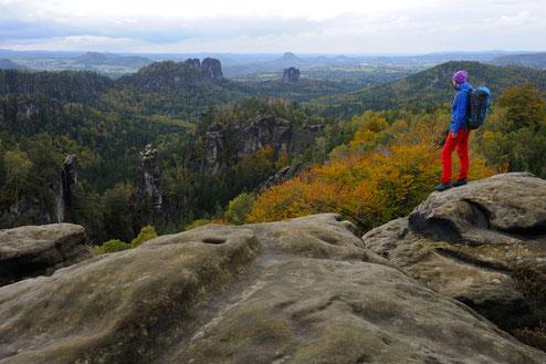 Wandern in der Sächsischen Schweiz, Aussicht am Carolafelsen, Blick auf Falkenstein, Dom und Torsteinkette