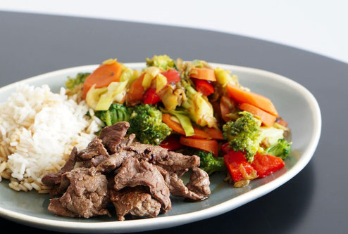 Asiatischer Gemüsesalat mit Rind und Reis | clean & schnell zubereitet