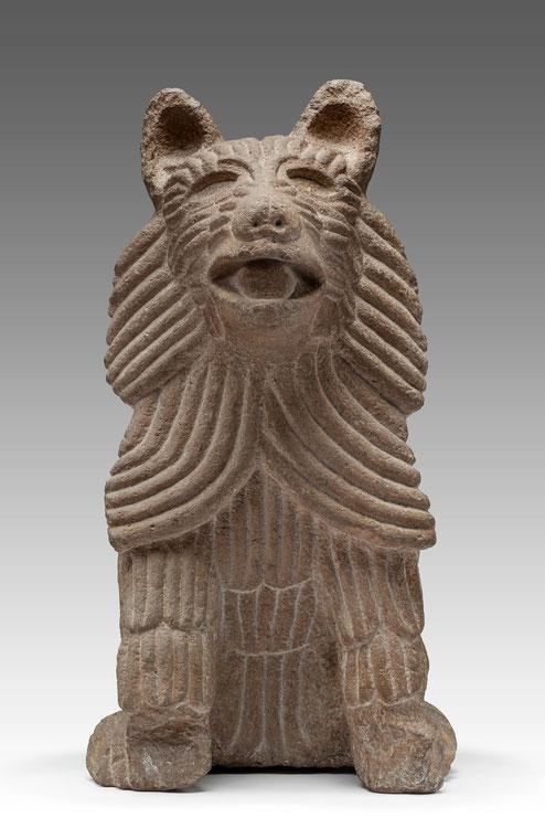 Sorgfältig gearbeiteter Kojote oder junger Wolf, gemeißelt aus Stein, Aztekenreich
