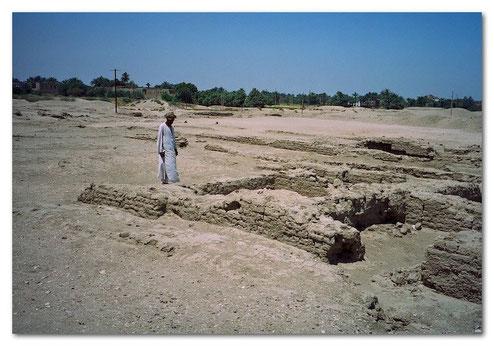 Fundamente des Palastes von Amenophis III. auf der Westbank in Luxor