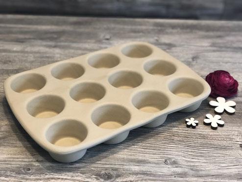 Eine Backform aus Ton mit 12 runden Mulden