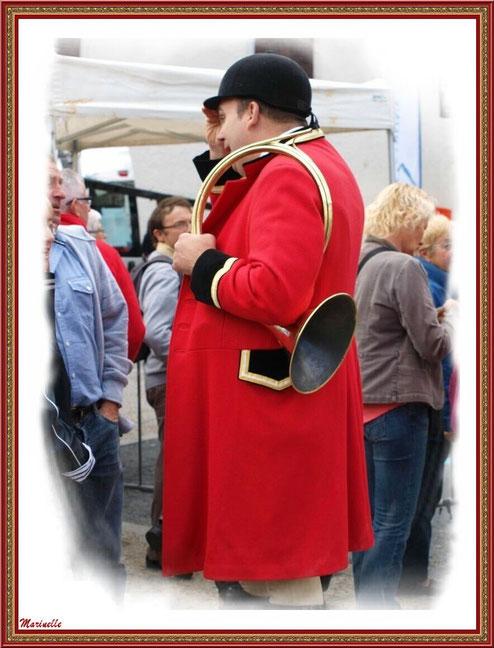 Sonneur de cor en tenue de chasse à courre à la Fête au Fromage, Hera deu Hromatge, à Laruns en Vallée d'Ossau (64)