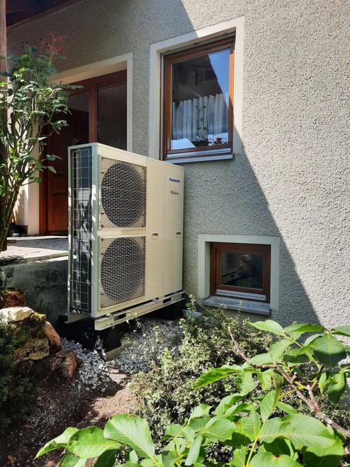 Außengerät einer Panasonic Luft-Wasser-Wärmepumpe in einem Altbau © iKratos