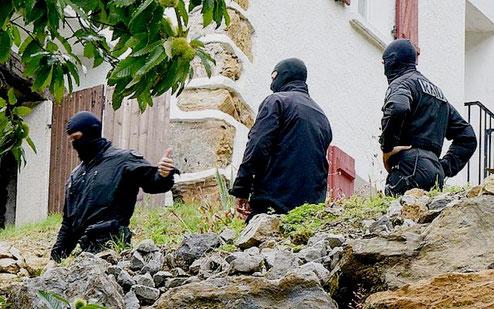 En fransk-spansk politistyrke anholdt tre medlemmer af  ETA