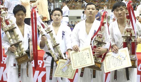 男子一般上級の部で入賞した4人(左から)藤田春人、緑武士、森田裕也、多田成慶