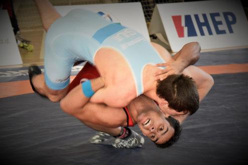 Zum Auftakt ein Wurf über die Brust mit seinem Schweizer Gegner