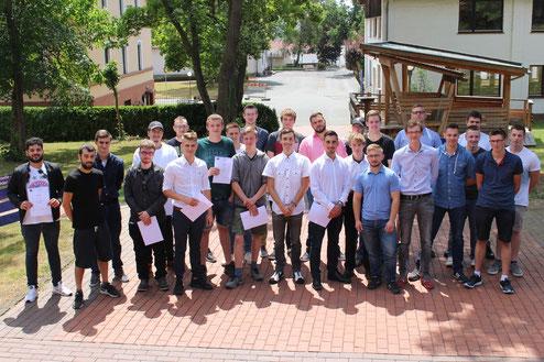 Nach dreijähriger Ausbildungszeit verabschiedete die Holzfachschule Bad Wildungen die frischgebackenen Holzbearbeitungsmechaniker.
