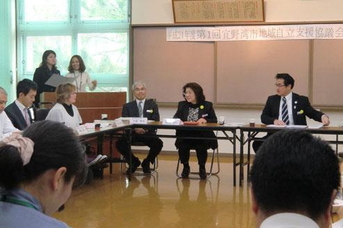 宜野湾市自立支援協議会で発言する長位理事長と、それに答える佐喜真宜野湾市長
