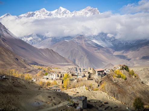 Das Dorf Jharkot mit toller Bergkulisse im Hintergrund