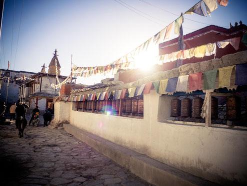 Dorfspaziergang durch Lo Manthang. Auch hier gab es wieder zahlreiche Gebetsmühlen und Gebetsfahnen