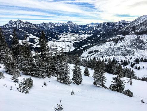 Eine traumhafte Aussicht ins Tal und auf die umliegenden Berge