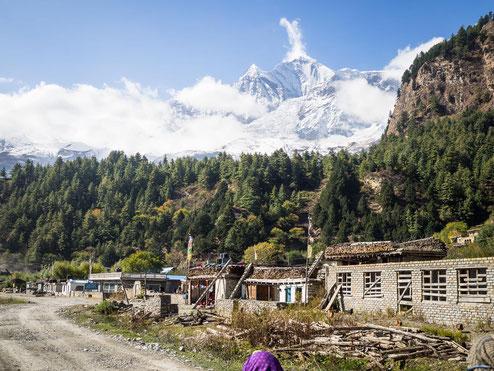 Das kleine Dorf Larjung am Fuße des Dhaulagiri