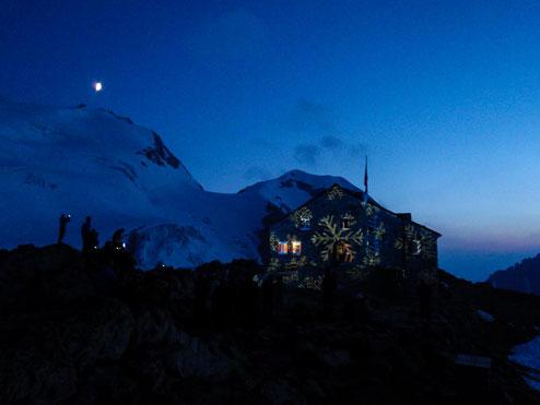 Die Tierbergli-Hütte in Eiskristalle verhüllt