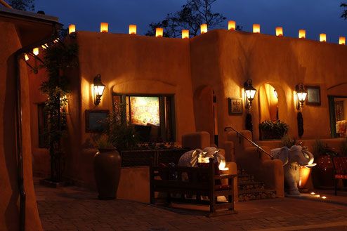 Luminarias auf den Dächern von Santa Fe bei Nacht