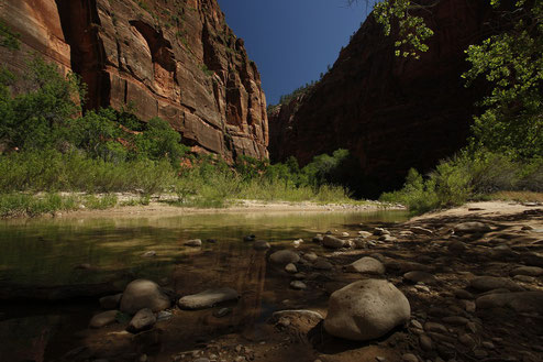 Zion National Park, Fluss, Canyon und blauer Himmel