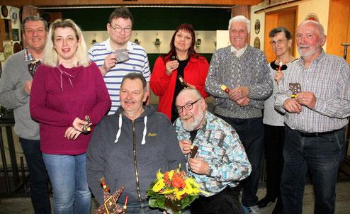 Foto vorn:        Vogelkönig Holger Niele, Eugen Götzl  hinten v. li.:     Joachim Sauer, Silke Erhard, Michael Hase, Sonja Wolfram, Werner Pollack, Bärbel Knape, Ulrich Werner