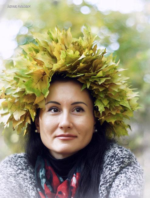 Портрет женщины с венком из листьев на голове