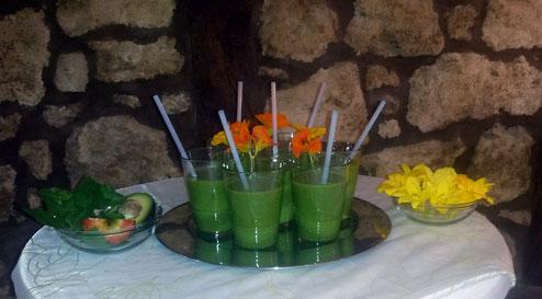 Grüner Smoothy als Begrüßungsgetränk, dazu essbare Blüten (Bilder zum Vergrößern anklicken)