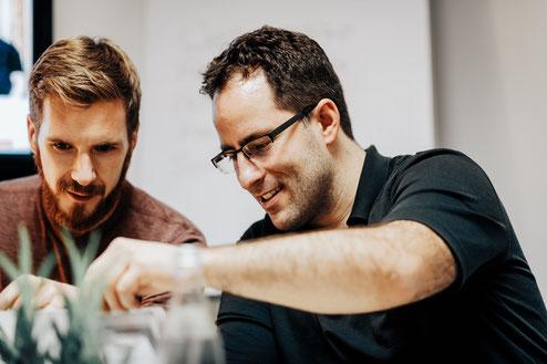 Alex und Lothar am Tisch