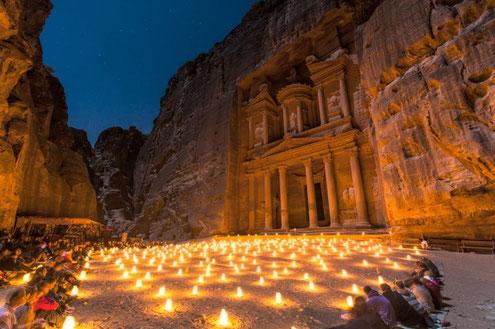 encendre una espelma pels èssers estimats que hem deixat davant de Petra
