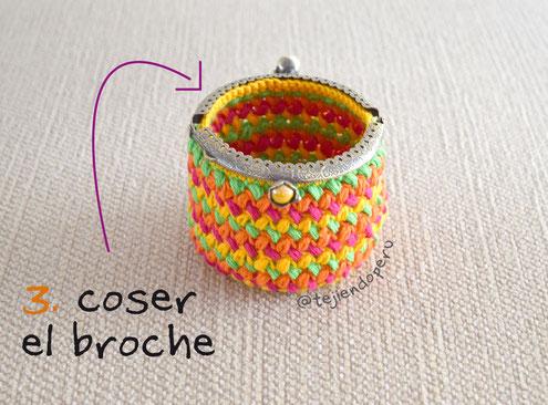 Monedero a crochet en punto frijol con broche de metal