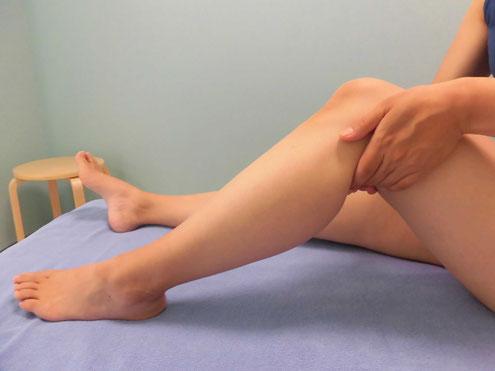 脚のむくみ解消のマッサージをしている写真