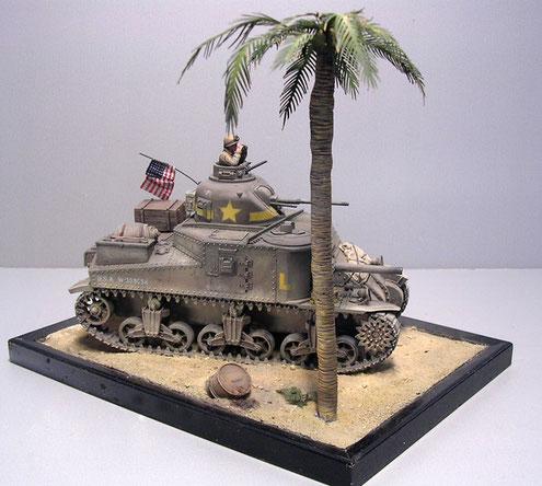 Klein, aber oho-das Diorama konzentriert sich ganz auf die Wirkung des Modells. Die wenige zusätzliche Elemente wie Palme und Benzinfass geben einen Größenvergleich zum Fahrzeug.