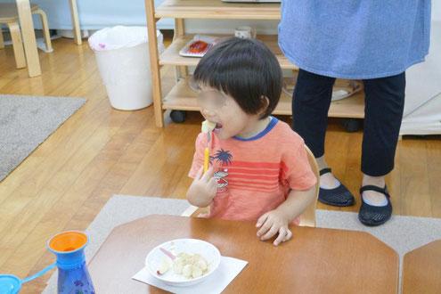 1歳児がつくった月見団子を勢いよく食べています。
