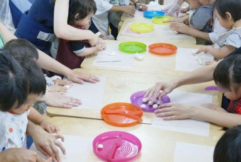 0歳児から1歳児の親子で学ぶクラスが、モンテッソーリの活動で月見だんごづくりに取り組んでいます。