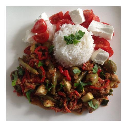 Griekse lamsgehaktschotel met rijst, tomaten en feta.