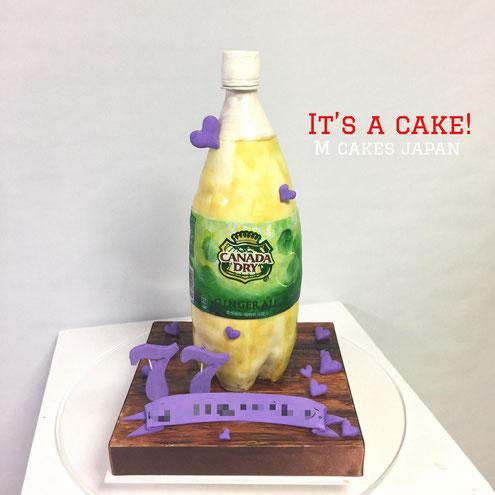 ジンジャーエール ボトルケーキ🍾 高さ40cmと大きめケーキ🎀 ジンジャーエールが大好きな方への誕生日ケーキ。 お誕生日おめでとうございます🎁 #ジンジャーエール #ボトルケーキ #ラベルは手書き #77歳 #お誕生日ケーキ #発送 #ケーキ #ホッカイドウメイド #カタチ #楽しむ #遊び心 #bottlecake #gingerale #gateau #torte #cake #sculptedcake #🇯🇵 #alledible
