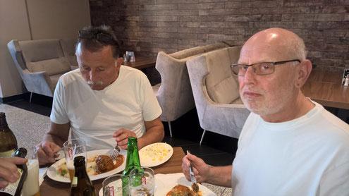 1000 km mit dem Bus sind geschaft. Gemeinsames Abendessen an der weissrussischen Grenze.