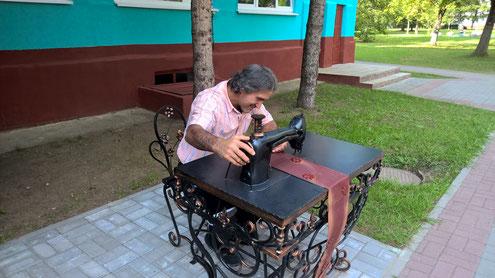 Besuch des Berufsschulkolleg in Vileyka. Recep an der Nähmaschiene.