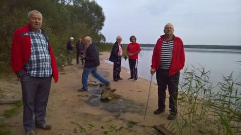 Ein Verdauungsspaziergang zum See dann wurde weiter gegessen.