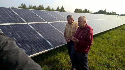 Der Chef erklärt den Neuen die Fotovoltaikanlage. Bobbie Pawel, unser Dolmetscher, hatte 14 Tage unermüdlich übersetzt. Dankeschön!