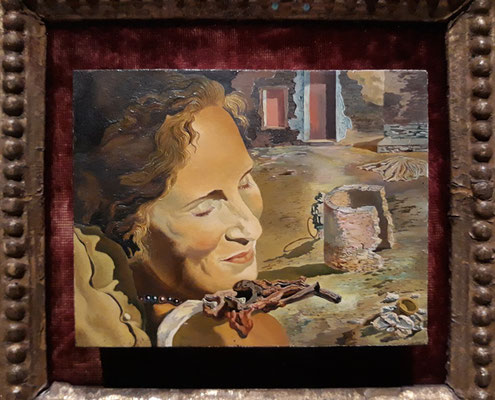 Портрет Галы с двумя ребрышками ягненка - шедевры Театра-музея Дали