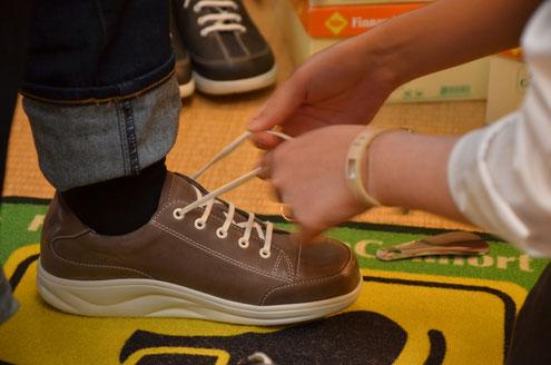 靴ひもはゆるいよりも締めた方が楽に歩けます