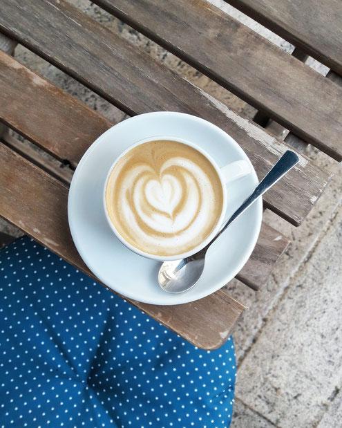 Coffee shop indépendant à Dijon, spécialisé dans les cafés de spécialité, proposant des produits de qualité locaux, de saison, issus de l'agriculture biologique ou raisonnée. Nos préparations pour le petit-déjeuner, déjeuner et goûter sont faites maison.