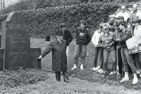 Besucher auf dem jüdischen Friedhof in Attendorn
