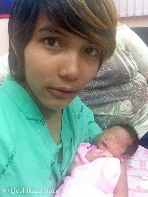 小さな赤ちゃんと一緒に。ママ、というかパパ?いや、ママ。